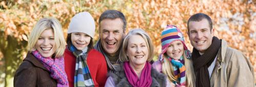 Multi-generation-family-on-autumn-walk-sitting-on-fence_HKUgbj3prj-e1478182680898